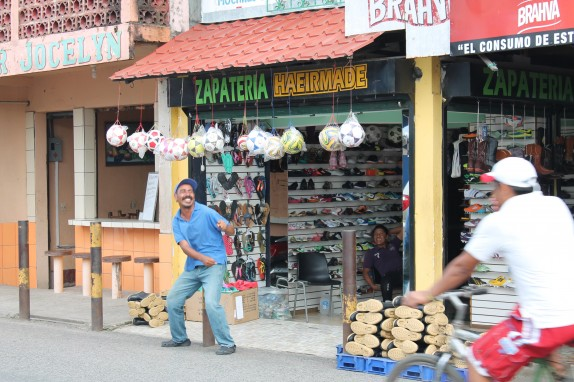 Fronteras does not have sign spinners but some vendors dance outside their shops