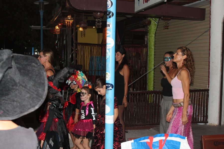 This group of dancers were performing to Thriller. They traveled the length of the main strip giving performances along the way. You gotta love people that plan stuff like that and get the kids into it.