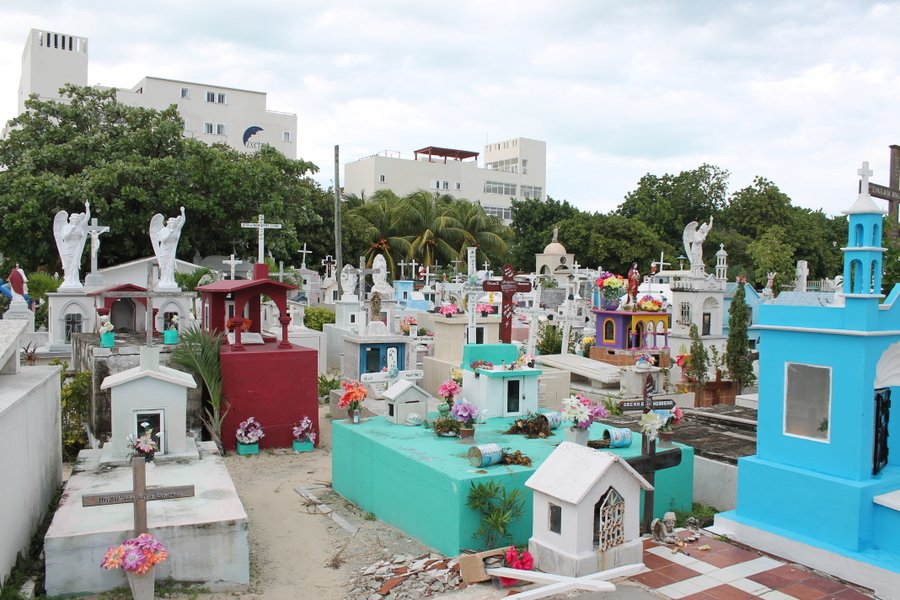 This cemetery is right in the heart of the tourist district. We strolled among the crowded tombs, reading names and dates.